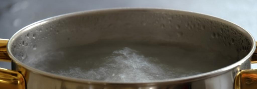Unkraut entfernen mit kochendem Wasser